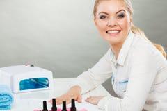 Lächelnde Frau im Badekurort Wellnesssalon Stockbild