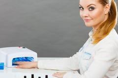 Lächelnde Frau im Badekurort Wellnesssalon Stockbilder