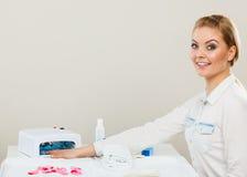 Lächelnde Frau im Badekurort Wellnesssalon Lizenzfreie Stockfotografie