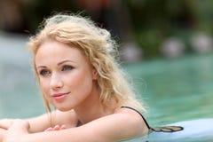 Lächelnde Frau im bathsuit Lizenzfreie Stockbilder