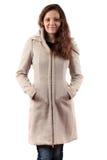 Lächelnde Frau im beige Mantel Stockfoto