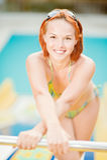 Lächelnde Frau im Bikini im Pool Stockfotos
