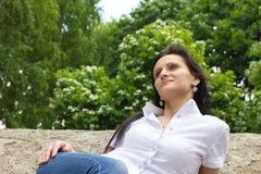 Lächelnde Frau im Freien Lizenzfreie Stockfotos