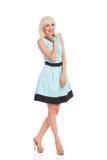 Lächelnde Frau im hellblauen Farbkleid Lizenzfreie Stockbilder