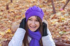 Lächelnde Frau im Herbstpark stockbild
