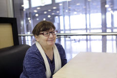 Lächelnde Frau im Kaffee Lizenzfreie Stockfotografie