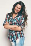 Lächelnde Frau im Karohemd Stockfotografie