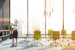 L?chelnde Frau im panoramischen Konferenzzimmer stockbild