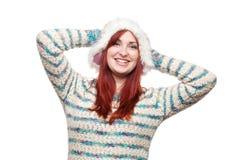 Lächelnde Frau im Pelzwinterhut Stockfoto