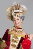 Lächelnde Frau im roten Kleid der Art des 18. Jahrhunderts Stockbild