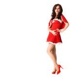 Lächelnde Frau im roten Weihnachtsreizvollen Kostüm lizenzfreies stockbild