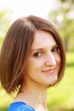 Lächelnde Frau im Sonnenlicht lizenzfreies stockfoto