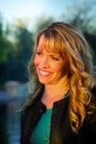 Lächelnde Frau im später Nachmittags-Licht Stockfoto