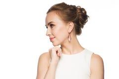 Lächelnde Frau im weißen Kleid mit Perlenschmuck lizenzfreie stockfotos