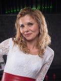 Lächelnde Frau im weißen Kleid und im roten Gurt Stockfotos