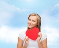 Lächelnde Frau im weißen T-Shirt mit Herzen Stockfotografie