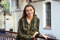 Lächelnde Frau lehnt sich auf dem Geländer Lizenzfreie Stockfotos
