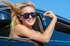 Lächelnde Frau mit Autotaste Lizenzfreies Stockfoto