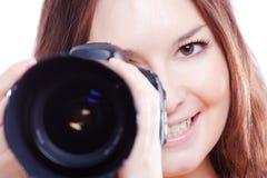 Lächelnde Frau mit Berufskamera Stockfotos