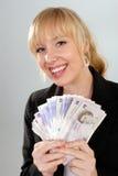 Lächelnde Frau mit britischem Bargeld Stockfotos