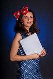 Lächelnde Frau mit Buch lizenzfreie stockbilder