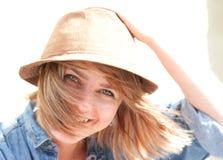 Lächelnde Frau mit dem Haar, das im Sonnenschein durchbrennt Stockfoto