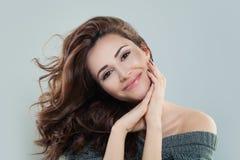 Lächelnde Frau mit dem lockigen Haar lizenzfreie stockfotos