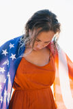 Lächelnde Frau mit dem nassem Haar und amerikanischer Flagge Stockfoto