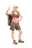 Lächelnde Frau mit dem Rucksack givimh Daumen oben Stockfotos