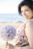 Lächelnde Frau mit der Aufstellung der dunklen Haare Lizenzfreie Stockfotografie