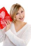 Lächelnde Frau mit einem Geschenk stockfotos