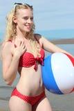 Lächelnde Frau mit einem Wasserball Stockfoto