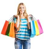Lächelnde Frau mit Einkaufenbeuteln Stockfoto
