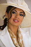 lächelnde Frau mit elegantem Hut Stockbilder