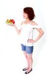 Lächelnde Frau mit Erdbeeren Stockfotografie