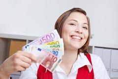 Lächelnde Frau mit Eurogeldgebläse stockfoto