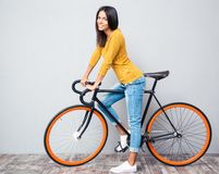 Lächelnde Frau mit Fahrrad Stockbild