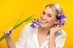 Lächelnde Frau mit Frühlingsblume im Haar Stockfotos