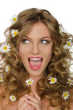 Lächelnde Frau mit Gänseblümchen im Haar schaut weg Lizenzfreies Stockbild