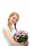 Lächelnde Frau mit Geschenk der Blumen Stockfotografie
