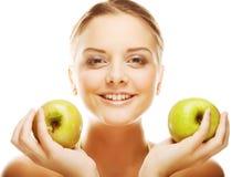 Lächelnde Frau mit grünem Apfel Lizenzfreie Stockfotografie