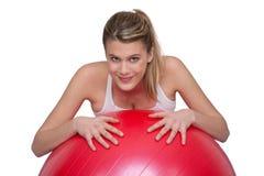 Lächelnde Frau mit großer roter Kugel Stockbild