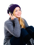 Lächelnde Frau mit hörender Musik der Kopfhörer Stockbilder
