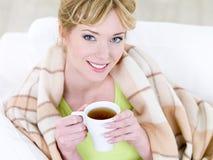 Lächelnde Frau mit heißem Tasse Kaffee stockbild