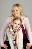 Lächelnde Frau mit ihrer Tochter lizenzfreie stockfotos