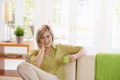 Lächelnde Frau mit Kaffee Lizenzfreie Stockbilder