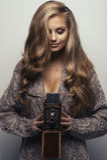 Lächelnde Frau mit Kamera Stockfotos