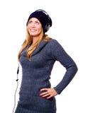 Lächelnde Frau mit Kopfhörer hörendem musi Lizenzfreie Stockbilder