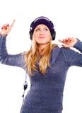 Lächelnde Frau mit Kopfhörer hörendem musi Lizenzfreies Stockbild