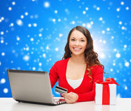 Lächelnde Frau mit Kreditkarte und Laptop Lizenzfreies Stockfoto